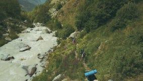 旅行在背景山河的寄生虫视图旅游家庭 组高涨 股票录像