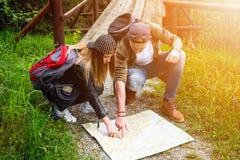 旅行在自然的年轻夫妇 愉快的人员 旅行生活方式 免版税库存照片