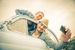旅行在葡萄酒汽车的愉快的夫妇 免版税库存图片