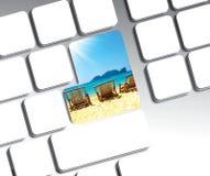 旅行在蓝色按钮键盘的假期概念 库存照片