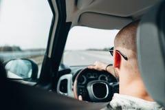 旅行在路的汽车的人 免版税库存照片