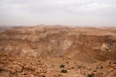 旅行在远足活动冒险的石沙漠 免版税库存照片