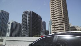 旅行在迪拜的路,迪拜小游艇船坞地区,从车窗股票英尺长度录影的看法的摩天大楼 影视素材