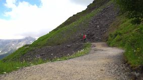 旅行在阿尔卑斯的徒步旅行者 高山landskape背景 少女峰,Bernese高地 体育、旅游业,旅途和远足 股票录像