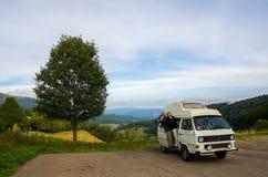 旅行在露营者货车的夫妇 免版税库存图片