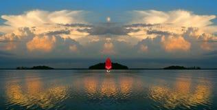 旅行在风帆下 风船风帆到在湖的日落里 免版税库存照片