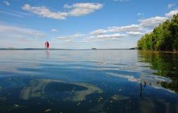 旅行在风帆下 风船风帆到在湖的日落里 免版税库存图片