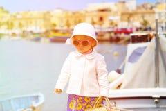 旅行在马耳他,欧洲的逗人喜爱的矮小的夫人 免版税库存照片