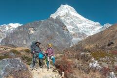 旅行在高山乡下的小组人 免版税库存图片