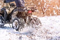 旅行在ATV的冬天 美好的冬天自然 库存图片