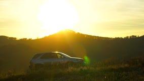 旅行在gorizont的山的汽车剪影在日落光,太阳透镜火光,户外 航空蓝色云彩国家(地区)开放全景路西西里岛天空 山 股票视频