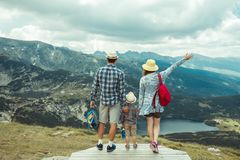 旅行在Rila山保加利亚的家庭 免版税库存图片