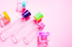 旅行大小化妆用品和提取乳脂容器集合 免版税库存图片