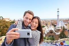 旅行夫妇愉快的selfie,公园Guell,巴塞罗那 免版税库存照片