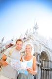 旅行夫妇读书地图在威尼斯,意大利 免版税图库摄影