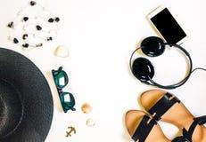旅行女性辅助部件打电话,耳机、太阳镜、凉鞋、项链和帽子在白色背景 免版税库存照片