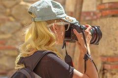 旅行妇女摄影师 免版税库存照片