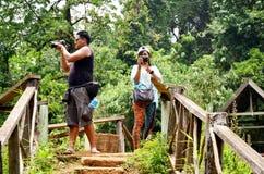 旅行家供以人员,并且妇女人看和射击照片塔德Yeua 库存照片