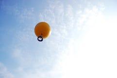 旅行家在吴哥窟顶部的神色视图由气球在Siemreap,柬埔寨 免版税库存照片