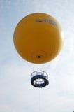 旅行家在吴哥窟顶部的神色视图由气球在Siemreap,柬埔寨 免版税库存图片