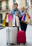 旅行家夫妇有购物袋的 库存照片
