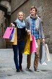 旅行家夫妇有购物袋的 免版税库存图片