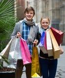 旅行家夫妇有购物袋的 库存图片