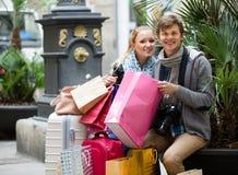 旅行家夫妇有购物袋的 图库摄影
