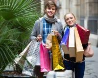 旅行家夫妇有购物袋的 免版税库存照片