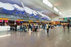 旅行家排队了在柜台的检查 免版税库存图片