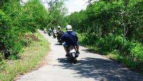 旅行家由motobike做一次游览。CA MAU,越南6月29日 库存照片