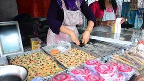旅行家的缅甸人销售快餐缅甸样式在小市场上 影视素材