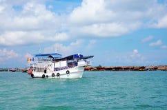 旅行小船在海 库存照片