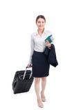 旅行带着手提箱和举行舞步的充分的身体女商人 库存照片