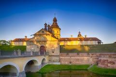 旅行想法和概念 其中一个涅斯维日城堡门  免版税库存图片