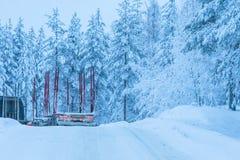 旅行想法 有长的拖车的日志卡车 免版税库存图片