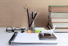 旅行或学习的计划海外 打开有护照的, gla笔记本 免版税库存图片