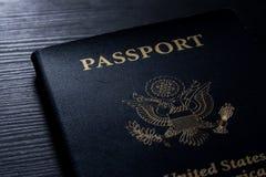 旅行护照小册子盖子美国美国黑对比书桌闪光 免版税库存照片