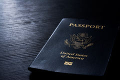 旅行护照小册子盖子美国美国黑对比书桌闪光 库存照片