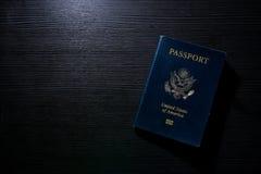 旅行护照小册子盖子美国美国黑对比书桌闪光 库存图片