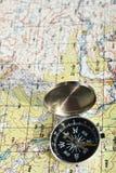 旅行指南针和地图标志冒险 库存照片