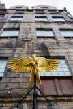 旅行提包有一只金黄鹰的` s土地在入口上在爱丁堡,苏格兰 免版税库存图片
