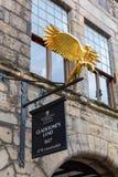 旅行提包有一只金黄鹰的` s土地在爱丁堡,苏格兰 免版税库存照片