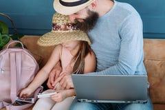 旅行旅游业假期爸爸女儿太阳帽子照片 库存图片