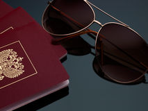 旅行旅游业概念在灰色背景梯度的太阳镜护照 库存图片