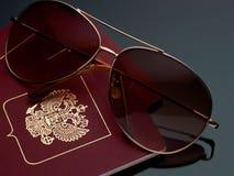 旅行旅游业概念在灰色背景梯度的太阳镜护照 图库摄影