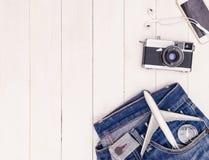 旅行时尚和对象在白色木拷贝太空旅行概念 库存照片