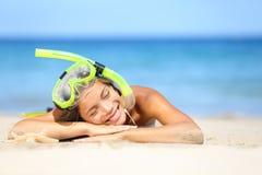 旅行暑假有废气管的海滩妇女 库存图片