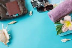 旅行有空间的夏天辅助部件在蓝色背景的文本的 夏天旅行的概念 免版税库存照片