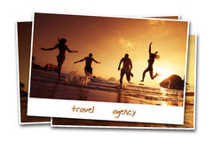 旅行朋友使照片概念沙子背景水靠岸 免版税库存图片